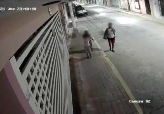 Exhiben en video a familia que roba por la madrugada en casas del Águila... y el Centro