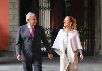 """""""Somos los maléficos"""", dice Beatriz Gutiérrez Müller al publicar foto junto a AMLO tras revelarse caso Pegasus"""