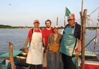 Pesca artesanal amenaza a delfines en costas de Chiapas