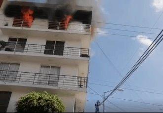 Incendio consume departamento en CDMX