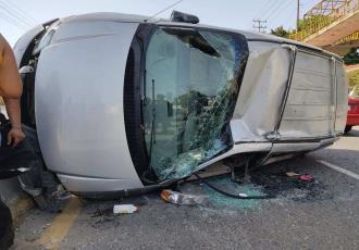 Vuelca camioneta en carretera Teapa-Villahermosa