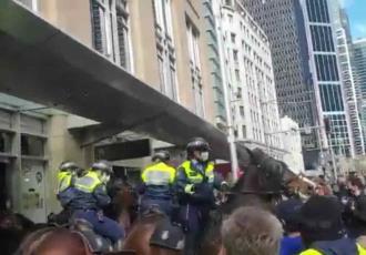 Nueva cuarentena en Australia desata protestas, hay decenas de detenidos