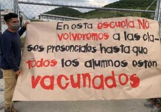 Estudiantes en Morelos colocan mantas en escuelas para exigir ser vacunados antes de regresar a clases presenciales
