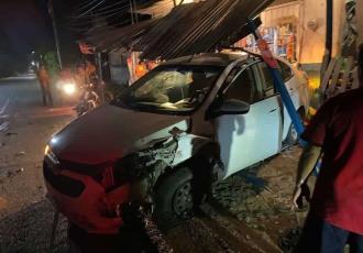 Choque entre dos vehículos en Comalcalco se lleva el techado de una tienda de conveniencia