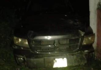 Mujer pierde el control de su vehículo y se impacta contra barda en Comalcalco