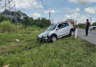 Tráiler saca de la carretera a auto compacto en la Villahermosa-Cárdenas
