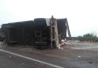 Reportan rapiña tras volcadura de camión en la autopista Ocozocoautla-Arriaga