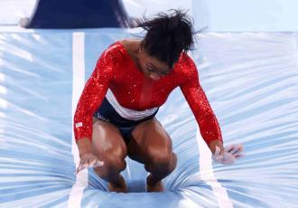 Se retira Simone Biles de la final de gimnasia artística por equipos en los Olímpicos de Tokio por una supuesta lesión