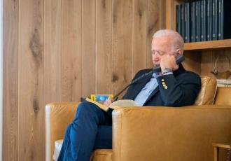Habla Biden con Bill Clinton y le desea una rápida recuperación