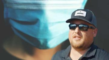 Muere en EE. UU. por COVID-19 líder de manifestaciones contra el uso de cubrebocas