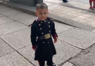Niño se viste de cadete para ver a su padre desfilar en CDMX
