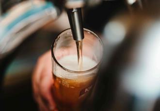 Hombre en Brasil sobrevive al cáncer pero muere en su cumpleaños al explotarle un barril de cerveza