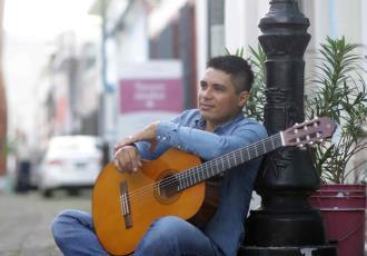 Tabasqueño compone canción a seres queridos que perdió a causa del COVID-19