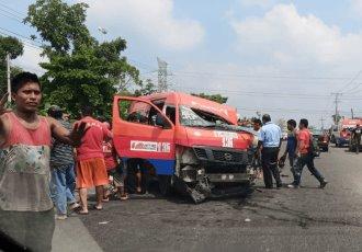 4 muertos y 5 heridos deja choque entre combi y tráiler en carretera Villahermosa-Teapa