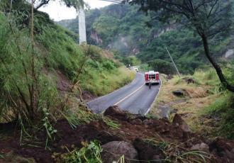 Enorme socavón en Tuxpan, Jalisco... sorprende a automovilista