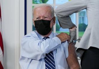 Recibe Joe Biden tercera dosis de la vacuna Pfizer contra el COVID19