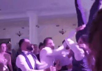 Amigos lanzan y dejan caer a novio en su boda en Rumania; sufre de daño vertebral