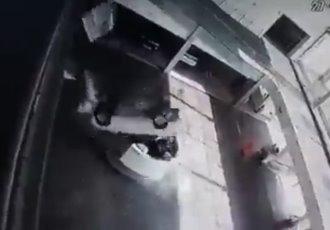 Auto cae desde segundo piso sobre dos empleadas en Brasil