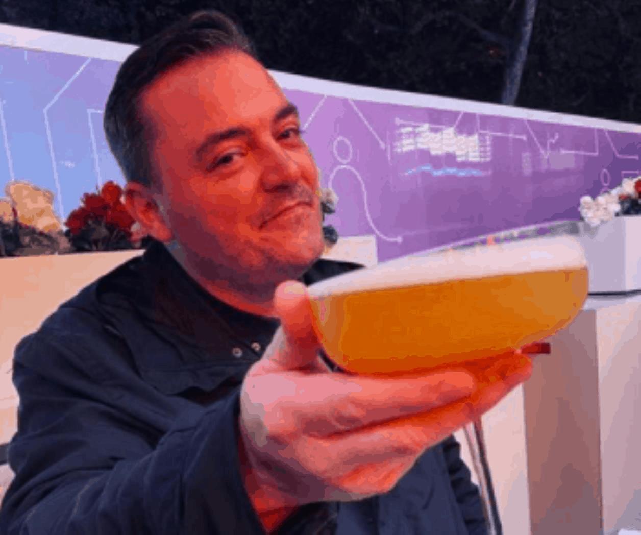 Hombre en Inglaterra pierde las cenizas de su madre tras emborracharse en un bar