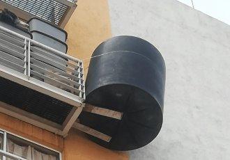 Denuncian a mujer por mantener colgado un tinaco en su balcón, en CDMX