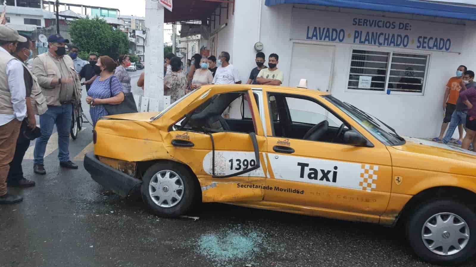 Chocan camioneta y taxi en la colonia El Águila; dos personas resultan lesionadas