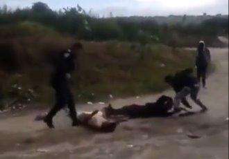Riña entre civiles y policías en Chimalhuacán deja como saldo una patrulla quemada, un muerto y un herido