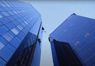 Mujer en Estonia salta en motocicleta entre dos edificios... a 117 metros de altura