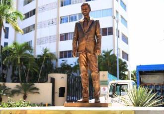Vandalizan y retiran estatua de Eugenio Derbez en Acapulco... a menos de una semana de ser develada
