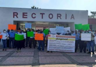 Trabajadores de la UPCH inician paro de brazos caídos