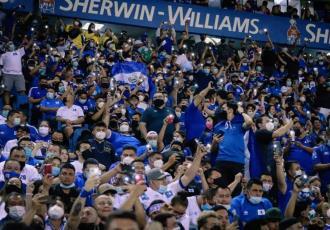 """Emite FIFA sanciones contra selección de El Salvador por conducta """"discriminatoria"""" de aficionados"""