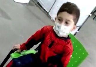 Niño acude a vacunarse contra el COVID-19 disfrazado de Spiderman en Argentina