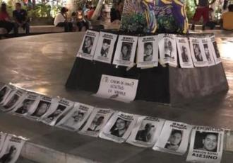 Mujeres exhiben rostros de presuntos feminicidas en el Zócalo de Veracruz