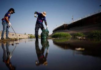 Se unen activistas de México y EU para limpiar el río Bravo tras derrame